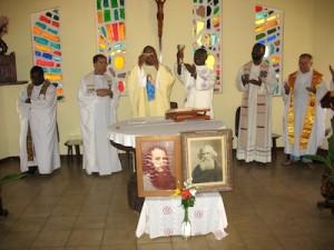 Le P. Augustin Onwuzurike lors d'une célébration eucharistique au Centre Brésillac à Calavy, Bénin.