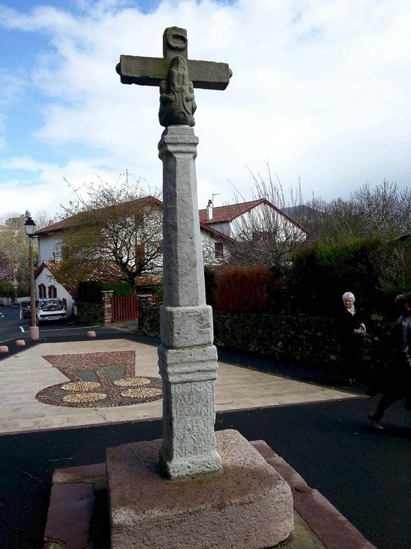croix devant le cimetière d'Itxassou