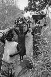 Femme portant du bois - CentrAfrique