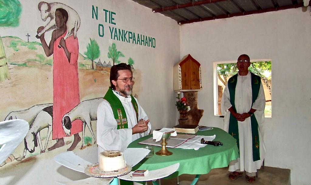 Pierluigi célébrant une messe à Bomoanga (Niger) en 2008